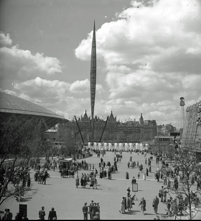 Photograph of the Skylon mast at the 1951 Festival of Britain with visitors below